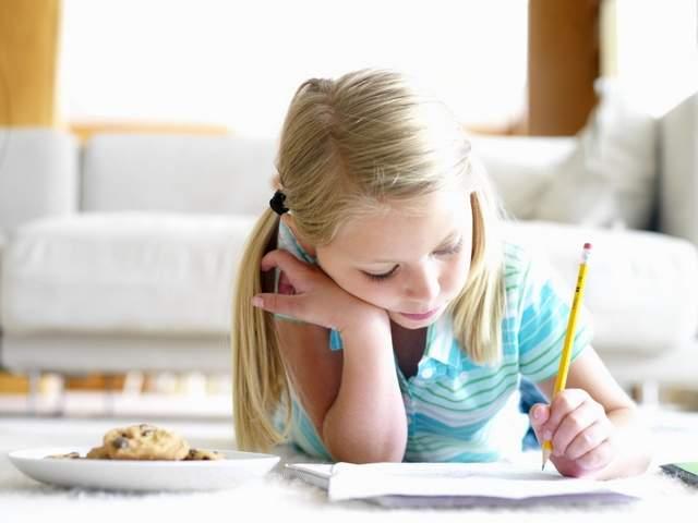 Mai are rost să îți înveți copilul să scrie de mână?