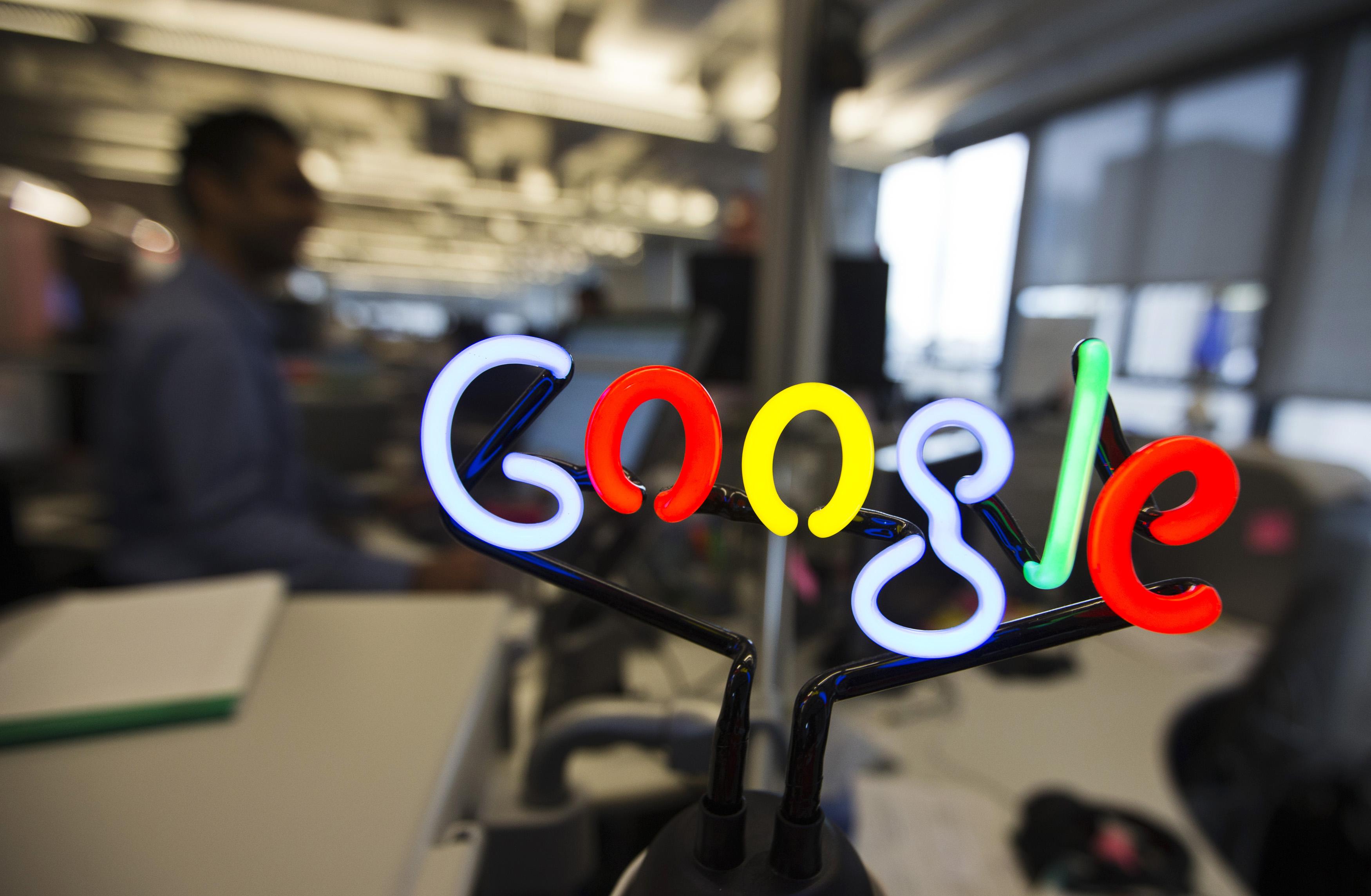 Elevii români învață să facă filme educaționale pe banii Google