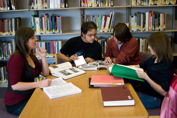 Românii merg tot mai des la bibliotecă