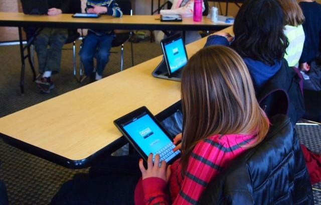 Noul regulament școlar va permite elevilor să aducă tablete la clasă
