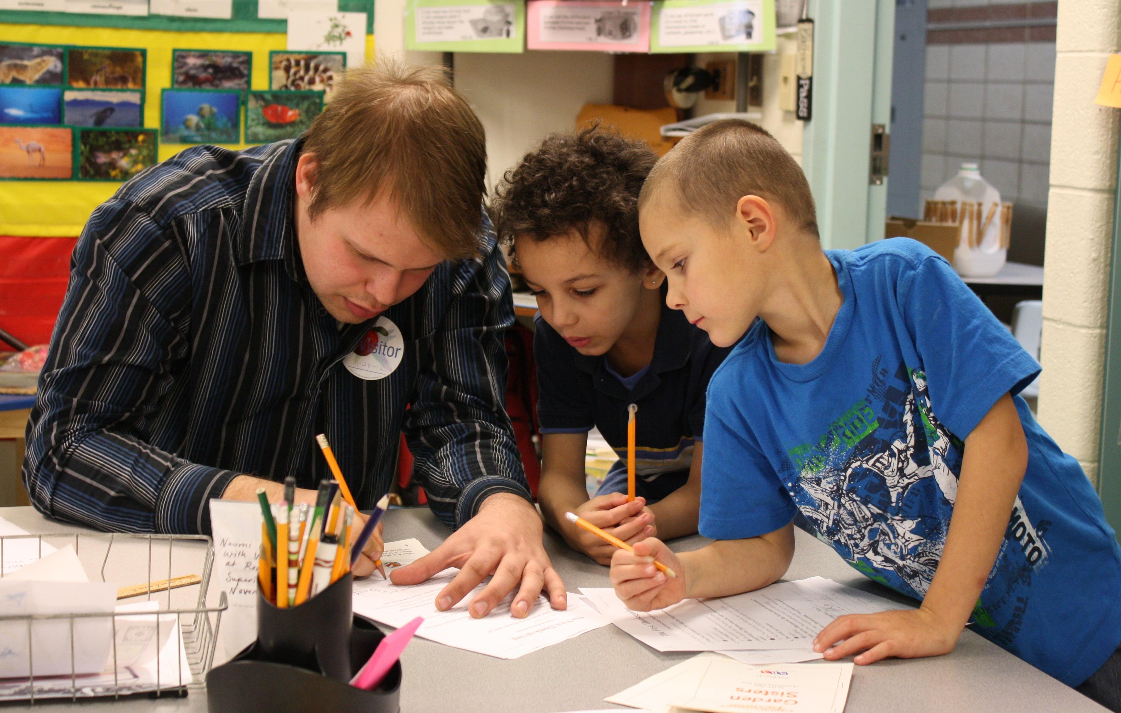 Foștii absolvenți de liceu ar putea fi implicați în educația extracurriculară a elevilor