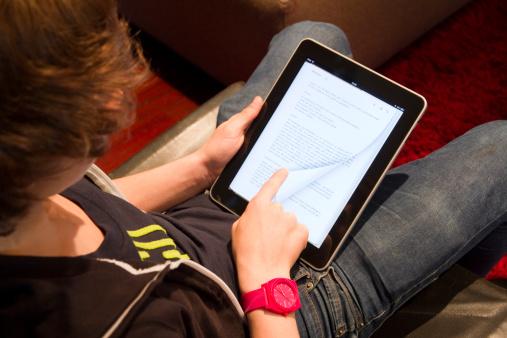 Școlarii din clasele I și a II-a ar putea învăța din toamnă după manuale digitale