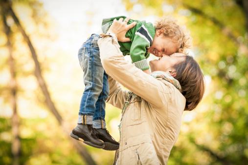 Parlamentarii din Marea Britanie vor să pedepsească cu închisoare părinții care nu-și arată dragostea pentru copiii lor