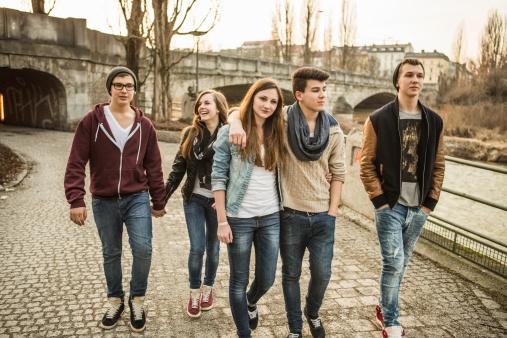 Jumătate dintre elevii români au făcut sex înainte de 15 ani