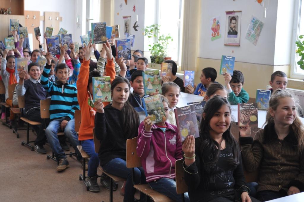 """Curtea Veche Publishing continuă campania de donații """"Cărțile copilăriei în fiecare casă"""""""