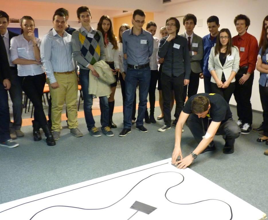 Zeci de liceeni din București vor lucra la programarea unor mini-roboți