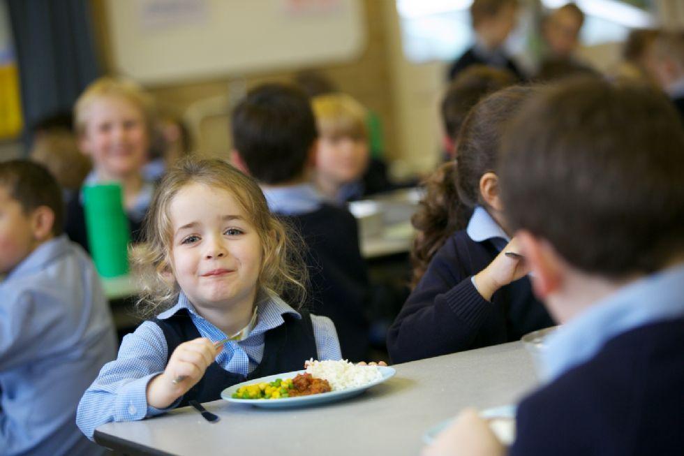 Elevii ar putea primi la școală o masă caldă, în locul tradiționalului corn cu lapte