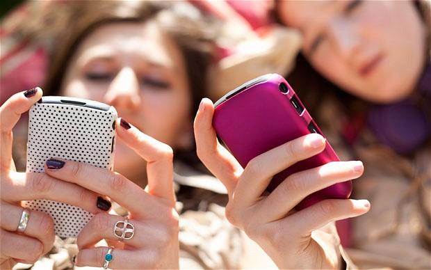 Elevii nu vor mai putea folosi telefonul mobil în timpul orelor