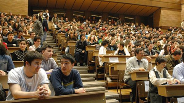 Studenții critică organizarea pripită a programelor postliceale în universități