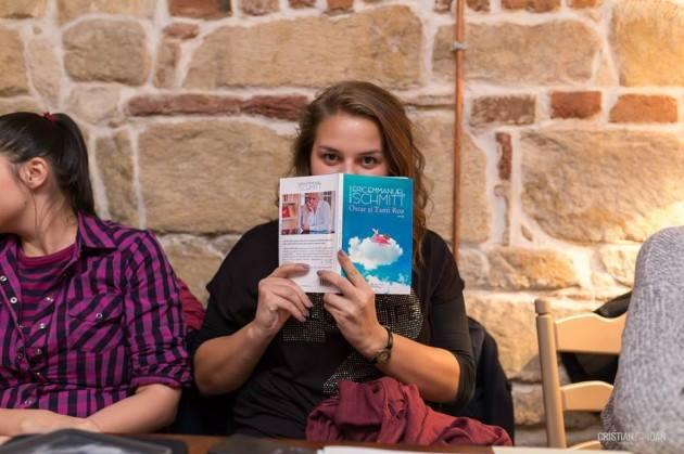 Campanie inedită pentru pasionații de citit. Cine postează pe Facebook un selfie cu o carte, are reducere în librării
