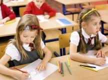 Elevii din învățământul primar și preșcolarii se întorc luni la cursuri