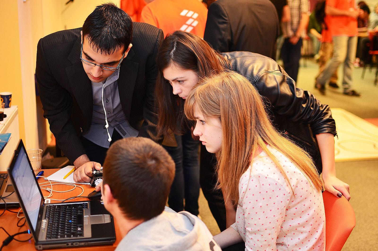 Liceenii din București programează mini-roboți în competiția STEM Innovation Challenge 2.0