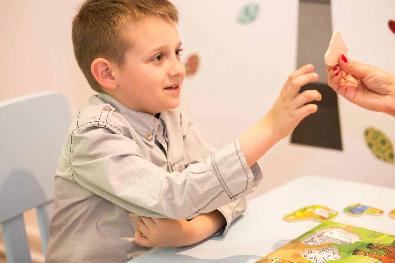 """Al patrulea an de terapie gratuită pentru copiii cu autism prin  Programul Help Autism """"Părinte pentru Părinte"""""""