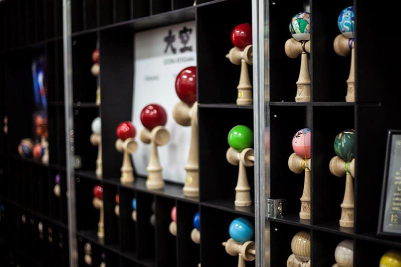 CRBL isi expune colectia de Kendama la Mega Mall. Printre modele se numara si unica Kendama de aur din lume