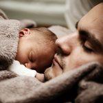 Taticii ar putea primi mai multe zile libere atunci cand li se naste un copil