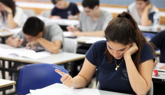 Absolvenții de clasa a VIII-a vor susține joi examenul de Matematică