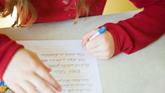 Copiii care scriu de mână învață mult mai bine decât cei care preferă laptopul