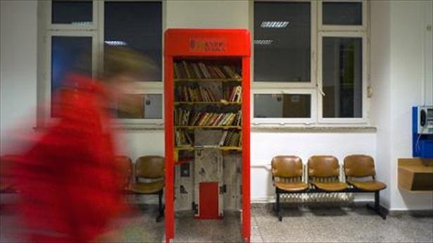 Vechile cabine telefonice din Praga au fost transformate în mini-biblioteci