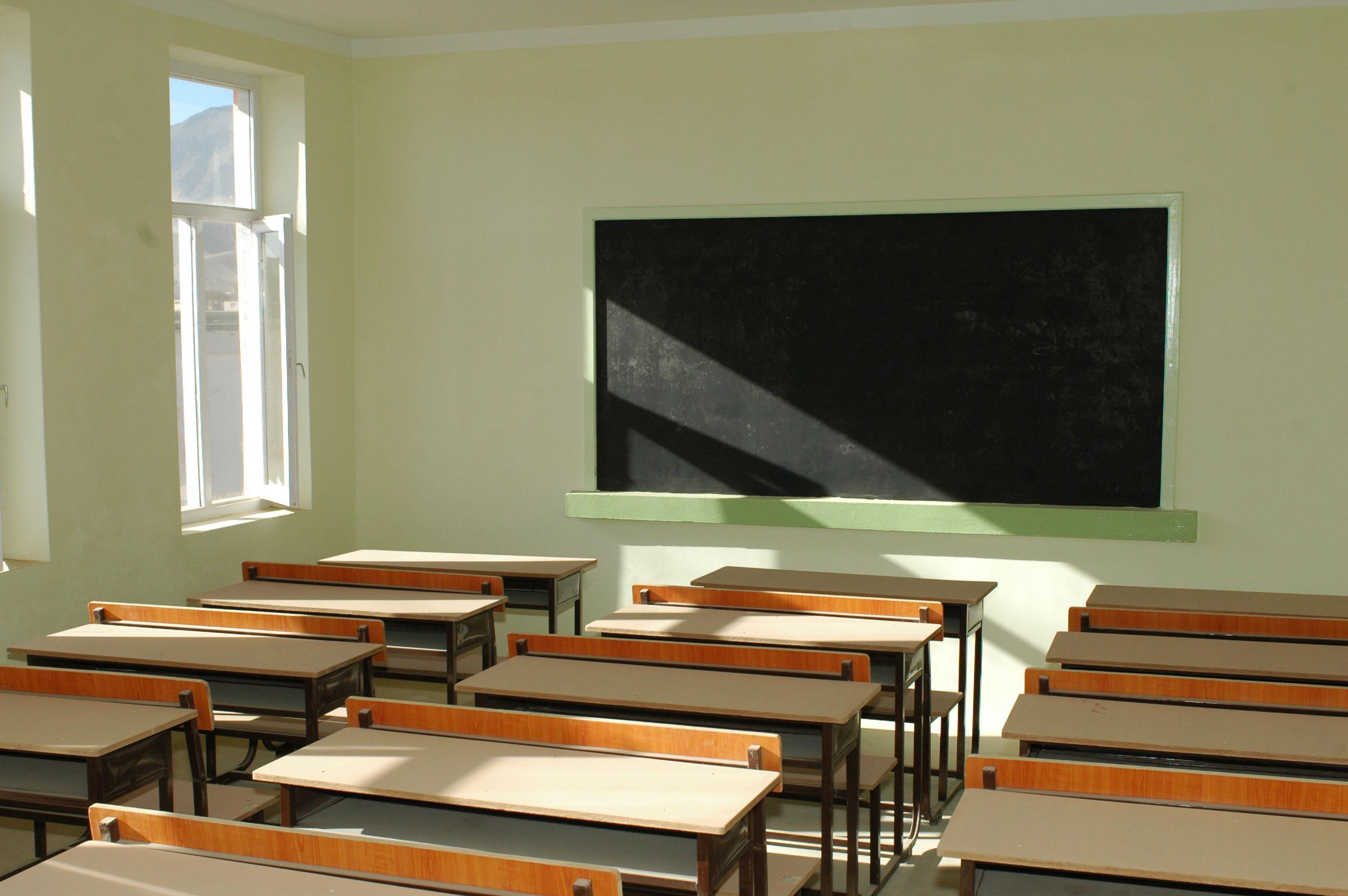 Deputații au adoptat ordonanța prin care clasa a noua rămâne la liceu
