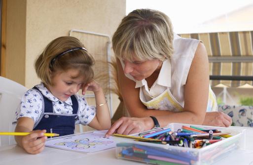 Părinții care își ajută copiii la teme ar putea să le afecteze celor mici performanțele școlare