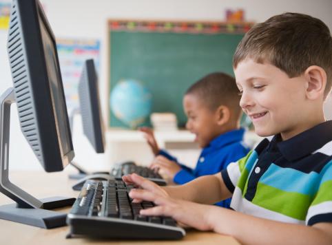Elevii își pot lua calculator cu bani de la stat