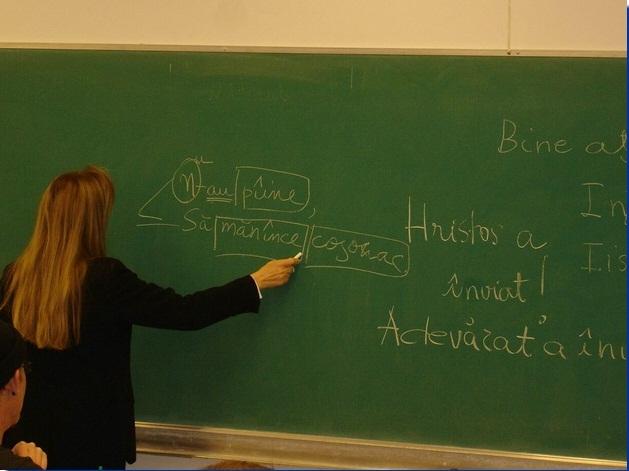 Lectorii de română care vor preda la universități din străinătate vor primi salarii între 1.200 și 2.400 de euro