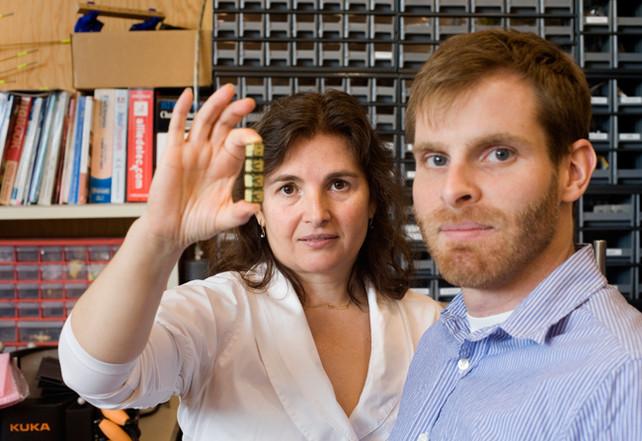 O româncă a inventat robotul care se asamblează singur
