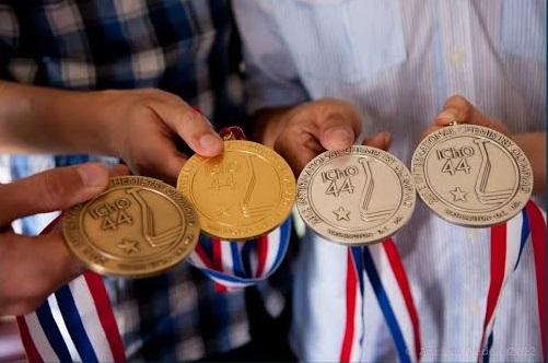 Olimpicii de la Chimie te așteaptă să îi feliciți pentru performanța lor!