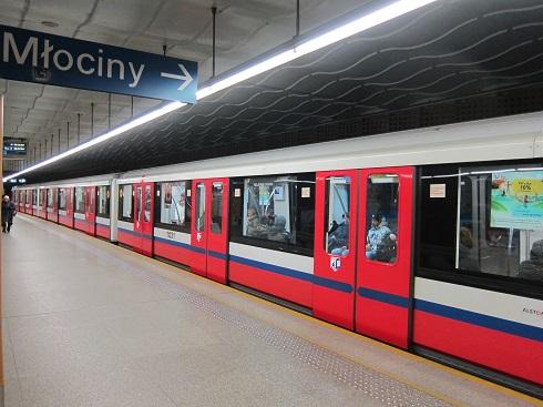 Versuri scrise de Ana Blandiana și Ioan Es. Pop, publicate în metrourile din Varșovia