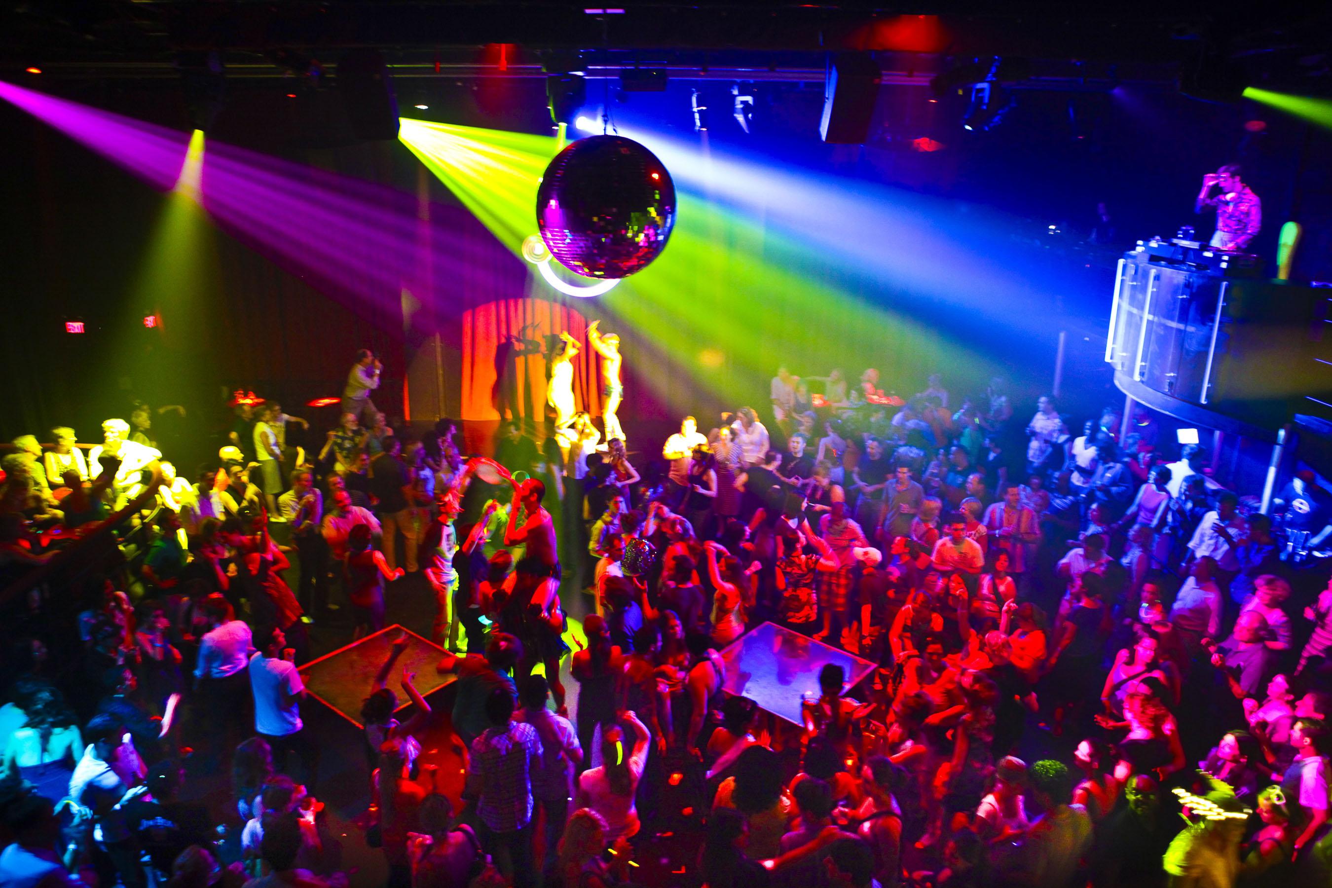 Minorii ar putea intra în baruri și cluburi doar însoțiți de părinți