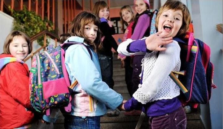 Elevii și preșcolarii revin luni la cursuri