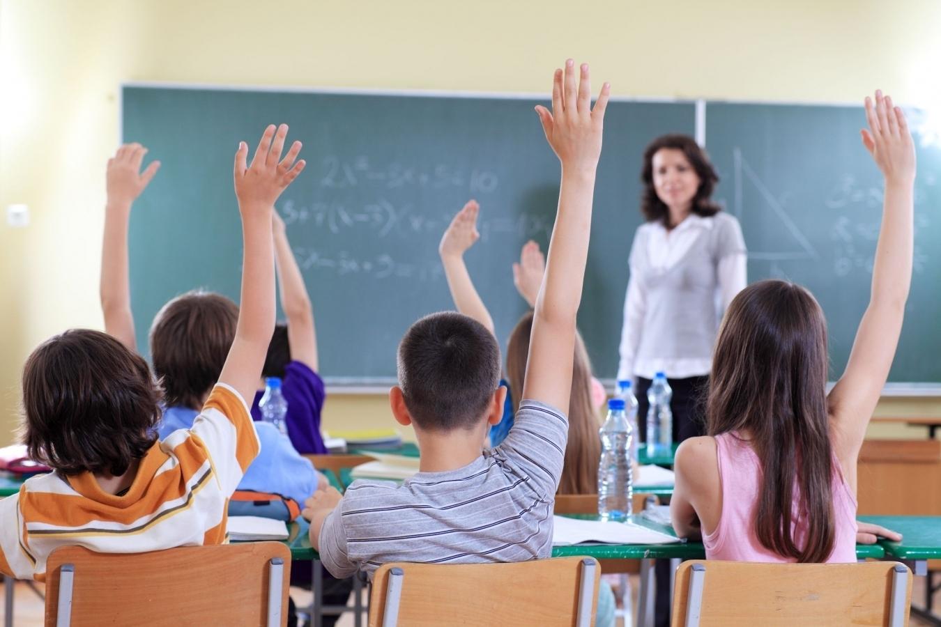 Proiect legislativ: Elevii trebuie să meargă la școală doar dimineața