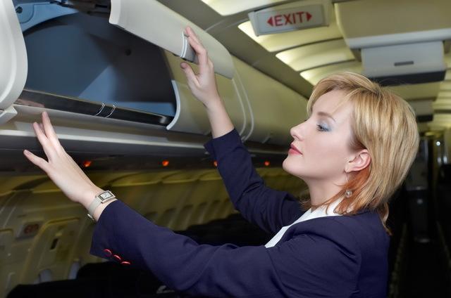 Wizz Air și Blue Air caută stewardese. Cum te poți angaja