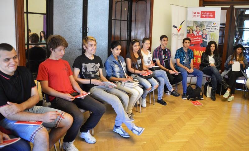 """Elevi din 6 orașe din România participă la """"Raftul cu experiențe"""", un program interactiv de dezvoltare profesională"""