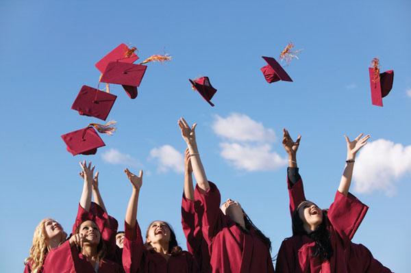 O universitate britanică le interzice absolvenților să își mai arunce în aer tocile