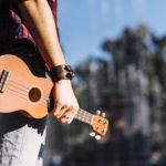 Vrei sa impresionezi o fata? Nu canta la ukulele!