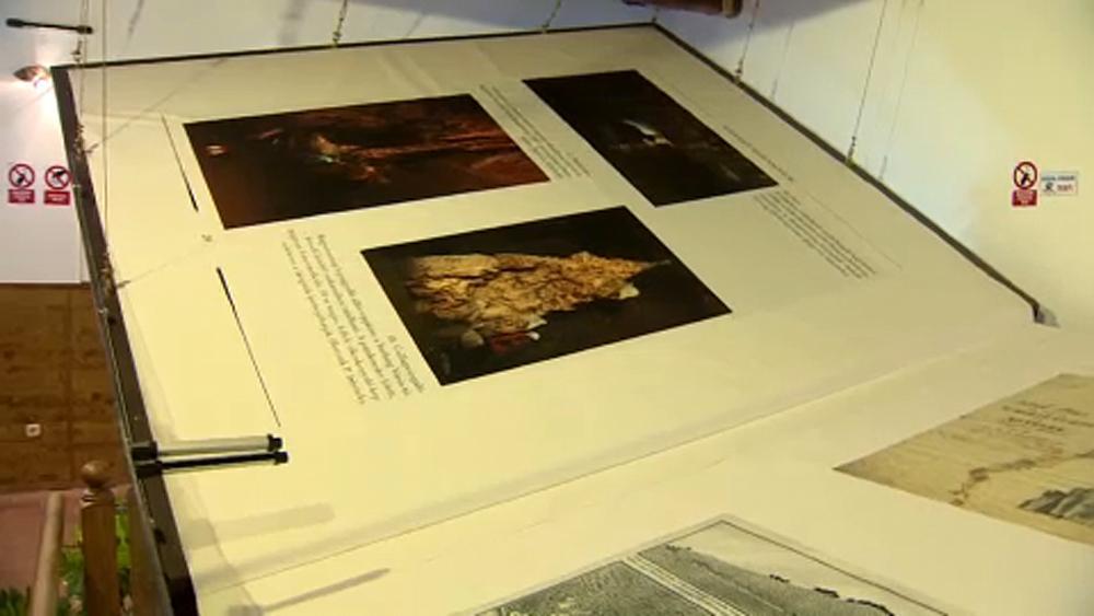 Intr-un catun din Ungaria gasesti cea mai mare carte din lume lucrata manual. E nevoie de 6 oameni ca sa intorci paginile