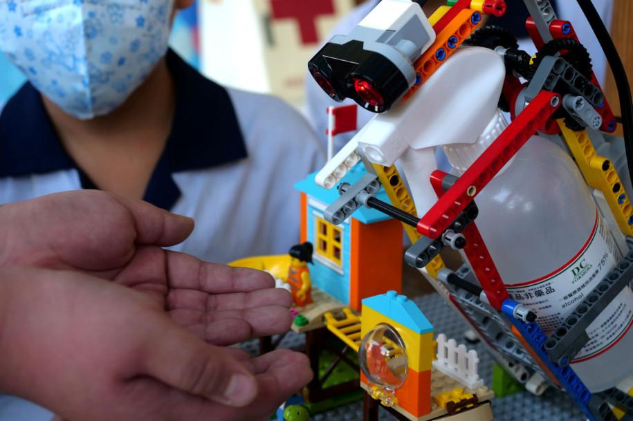 Elevii din Taiwan combat coronavirusul cu un dezinfectant din piese LEGO
